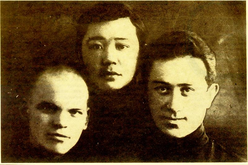 Саттар Ленинградта университеттес жолдастарымен бірге, 1932 ж.