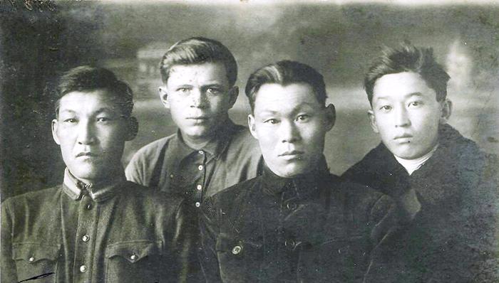 Сол жақта отырған әскери қызметкер Тұрман Бекежанов.