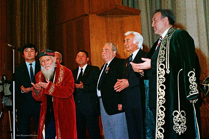 Халық ақыны Шәкір Әбеновтің Қазақстан Республикасының  Тұңғыш Президенті Нұрсұлтан Назарбаевқа бата беру сәті.  1991 жыл, желтоқсан.