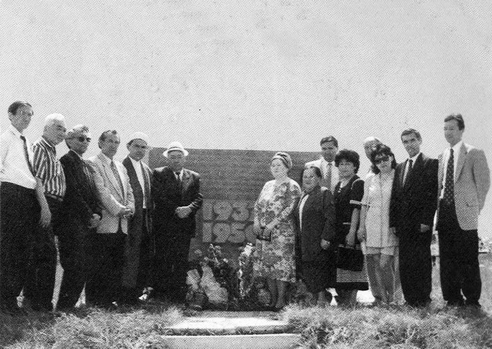 Суретте: сол жақтан алтыншы тұрған С.Есқараевтың ұлы Марат Сүлейменұлы отбасымен және туыстарымен әкесінің жерленген жеріне келіп тағзым еткен сәті. 1997 ж.