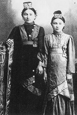 Зайыбы Рахима Әкбарқызы (сол жақта)