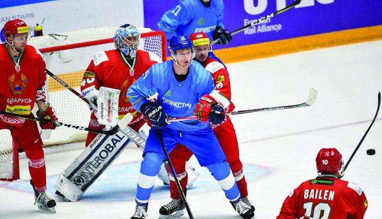 Хоккейшілер  жарап тұр
