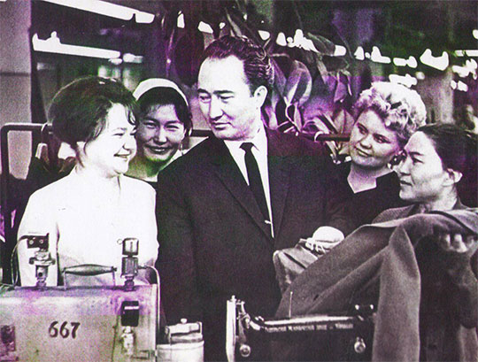 ҚазКСР  Министрлері Кеңесі  төрағасының  орынбасары кезінде Алматы қаласындағы тігін фабрикасында болуы