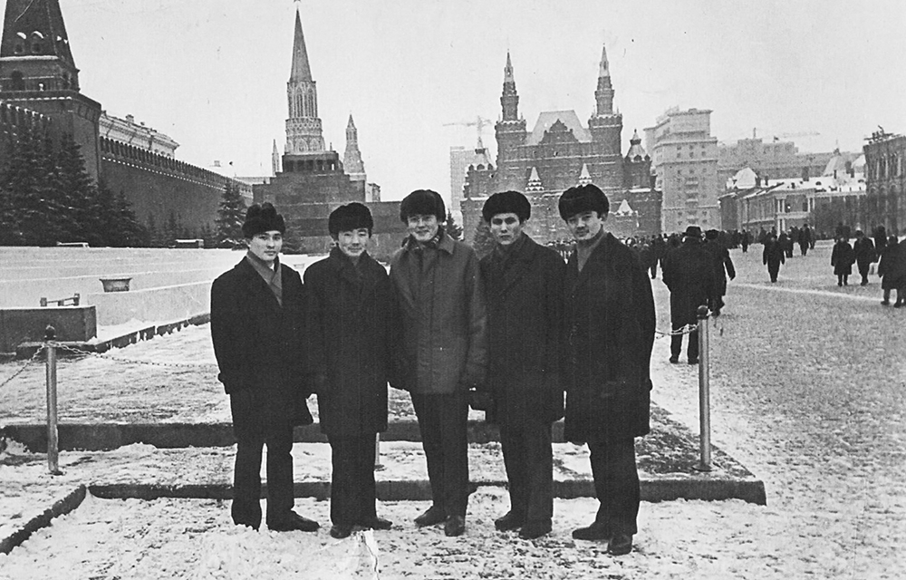 Солдан оңға қарай: Әшірбек Сығай, Мұратжан Мұқажанов, Құман Тастамбеков, Ерсайын Дүйсенбинов, Әшірәлі Кенже. Мәскеу, 1967 жыл, желтоқсан.