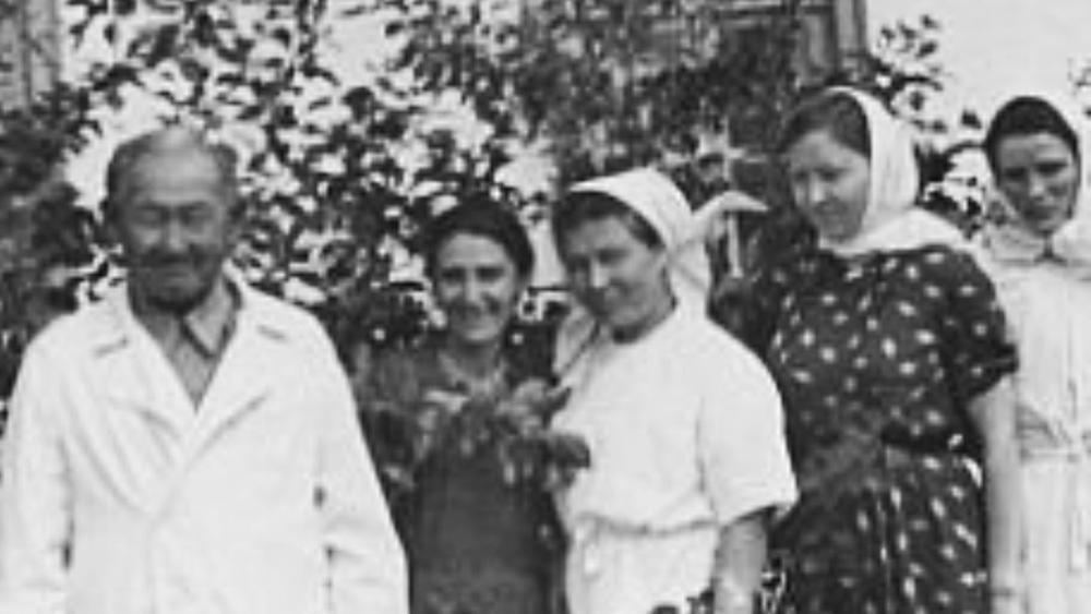 Есенқұлов Омардың Қурайлы селосында дәрігер болып жұмыс жасап жүрген кезі. Сурет Елена Николаева Сотникованың анасының жеке мұрағатынан алынды. 1950 жылдардың орта тұсы.