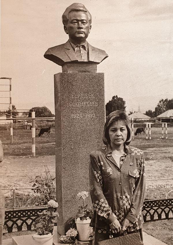 Қаламгердің қызы Самал Соқпақбаева Нарынқолдағы әке ескерткіші жанында. 1994 ж.