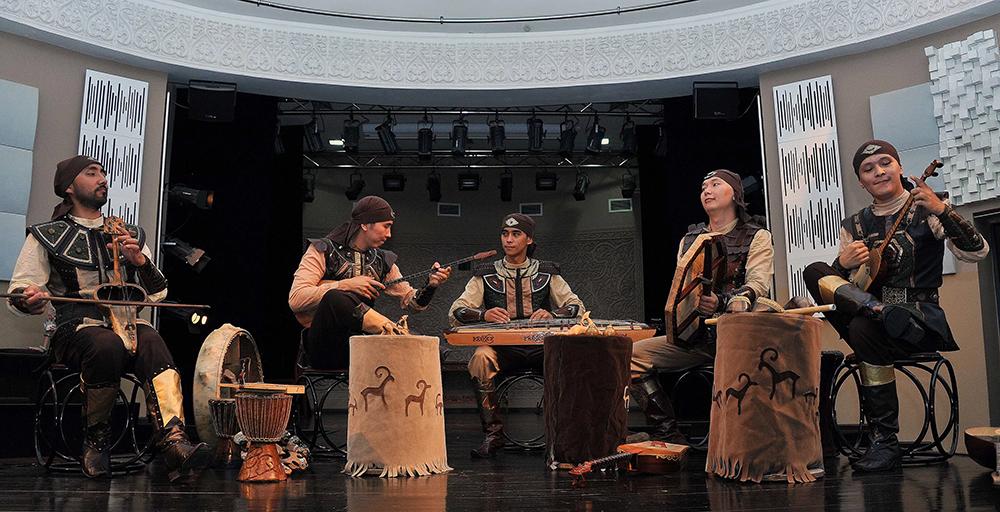 Қобыз «Тұран» этно-фольклорлық ансамблінің құрамында. Германия. Карнеги Холл.
