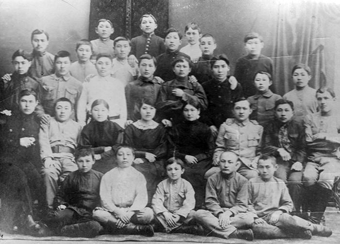 Семей гимназиясының студенттері, 1918 ж. Екінші қатарда оң жақтан төртінші отырған Дәмеш Ермекова.